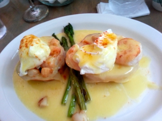 Seafood eggs benedict at Croissants de France